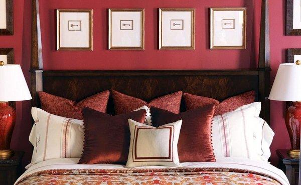 диван и картины в интерьере цвет стен бордо