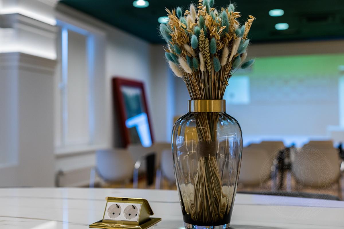 Выбор и компоновка букетов проходила под чутким руководством Аси. На составление цветочных композиций ушло 7 часов.
