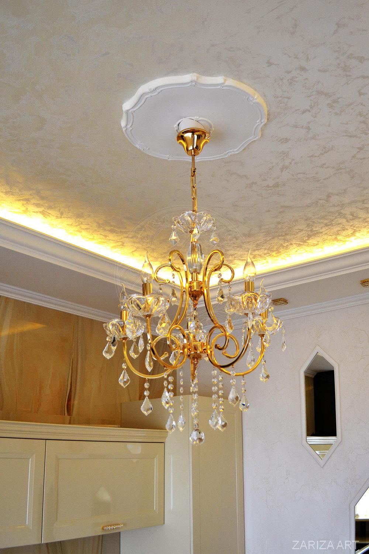 потолок с классической люстрой