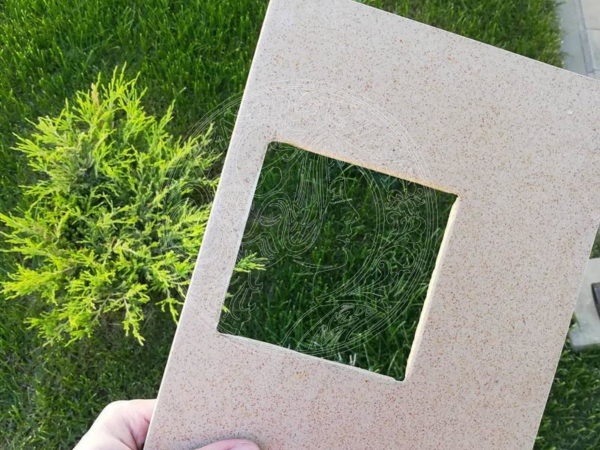 плитка на фоне газона