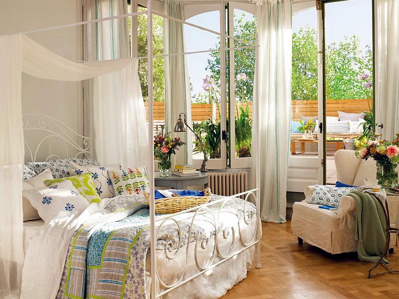 спальня с красивым видом из окна и балдахином над кроватью