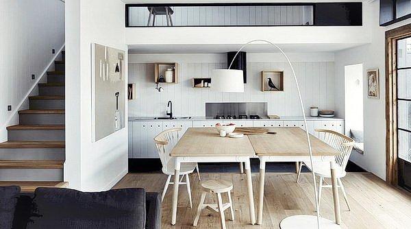 стол из светлого дерева в интерьере гостиной