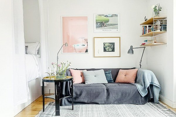 цветные подушки на диване