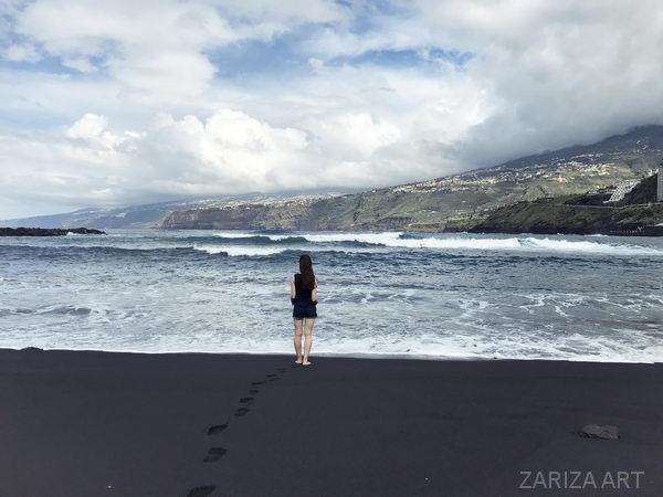 черный песок на пляже