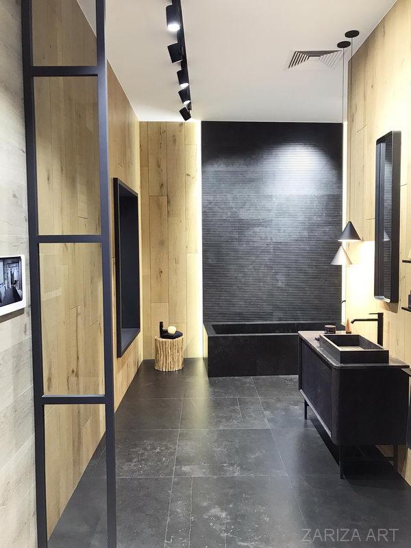 стильный современный интерьер ванной с черной плиткой и деревом