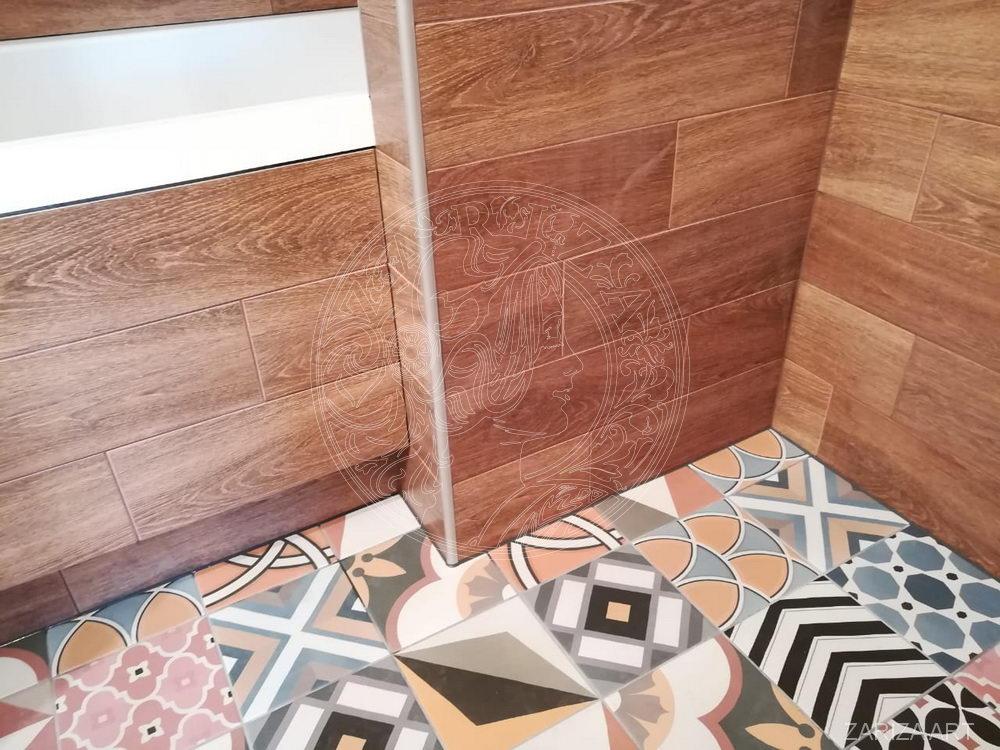 ванная комната в плитке под дерево
