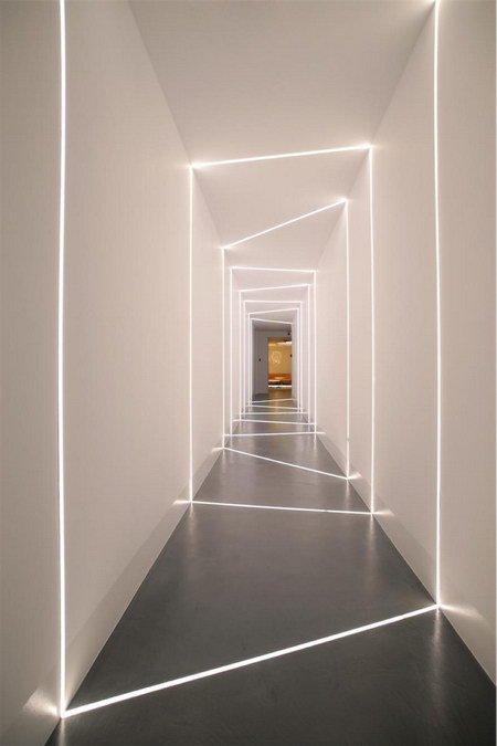 светящиеся линии в коридоре