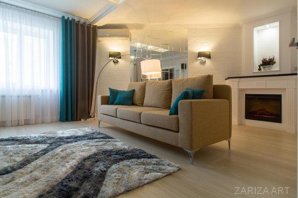горчичный диван в гостиной
