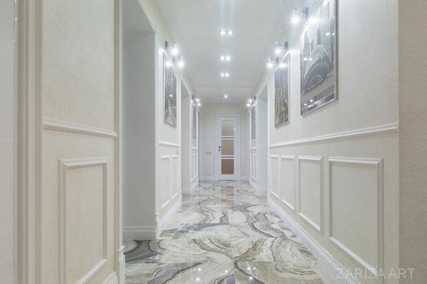 коридор длинный с картинами