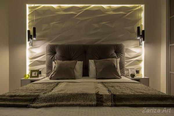 спальня со стеной из панелей