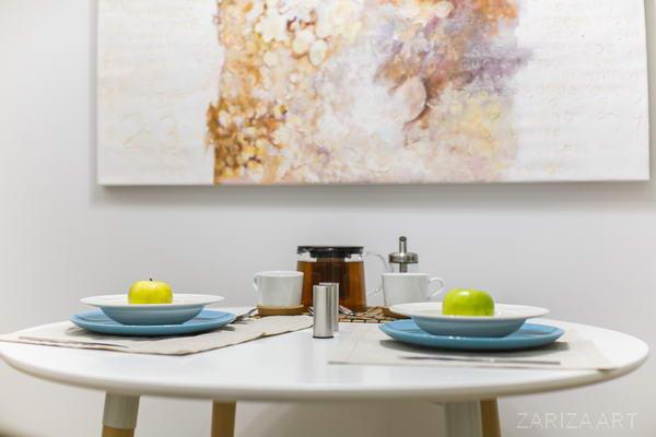 картина у стола на кухне